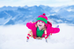 Mała dziewczynka ma zabawę przy sanie przejażdżką Obraz Stock