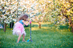 Mała dziewczynka ma zabawę w kwitnącym jabłoń ogródzie na wiosna dniu Obraz Stock