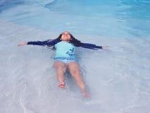 Mała dziewczynka ma zabawę w pływackim basenie obraz stock