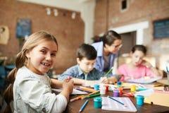 Mała Dziewczynka Ma zabawę w sztuki klasie zdjęcie royalty free