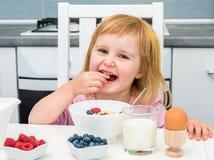 Mała dziewczynka ma zdrowego śniadanie Obraz Royalty Free