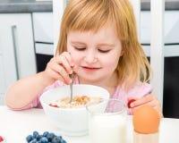 Mała dziewczynka ma zdrowego śniadanie Fotografia Stock