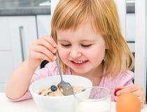 Mała dziewczynka ma zdrowego śniadanie Zdjęcie Royalty Free