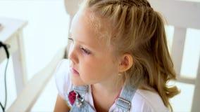 Mała dziewczynka maluje dla photoshoot zbiory wideo