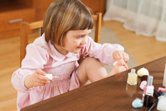 Mała dziewczynka maluje ona gwoździe Obraz Stock