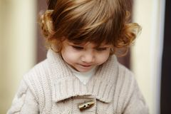 Mała dziewczynka miastowy elegancki portret Zdjęcia Stock