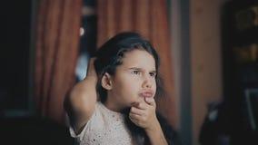 Mała dziewczynka myśleć głowy myśli czarni włosy myślącego chrobotliwego obsiadanie w pokoju Yong i śliczna Azjatycka mała dziewc zdjęcie wideo
