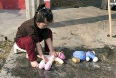 Mała dziewczynka myje jej lalę Zdjęcie Stock