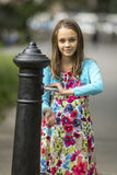 Mała dziewczynka myje ręki pod wodną ręki pompą na ulicie w starym miasteczku Zdjęcie Stock