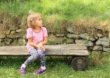 Mała Dziewczynka na Ławce Obrazy Stock