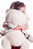 Mała dziewczynka na bielu z niedźwiedziem Zdjęcie Stock
