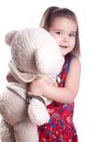 Mała dziewczynka na bielu z niedźwiedziem Fotografia Stock