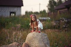 Mała dziewczynka na dużym kamieniu Fotografia Stock