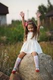 Mała dziewczynka na dużym kamieniu Obrazy Stock