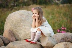 Mała dziewczynka na dużym kamieniu Zdjęcia Royalty Free