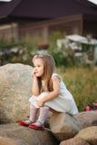 Mała dziewczynka na dużym kamieniu Fotografia Royalty Free