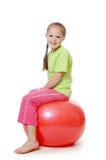 Mała dziewczynka na gimnastycznej piłce Obraz Royalty Free