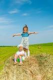Mała dziewczynka na haystack obraz royalty free