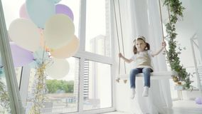 Mała dziewczynka na huśtawce w studiu Kołyszący dzieciak zbiory wideo