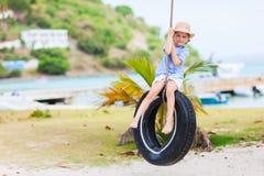 Mała dziewczynka na opony huśtawce Zdjęcie Royalty Free