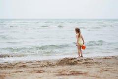 Mała dziewczynka na plażowym piasku Mała dziewczynka ma zabawę na tropica Zdjęcia Stock