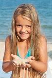Mała dziewczynka na plaży bawić się z piaskiem zdjęcia royalty free