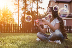 Mała dziewczynka na podwórku zdjęcie stock