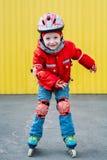 Mała dziewczynka na rolkowych łyżwach w parku fotografia stock