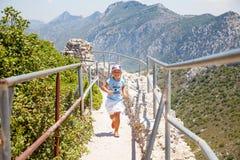 Mała dziewczynka na wierzchołku St Hillarion kasztel w Północnym Cypr fotografia stock