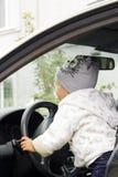 Mała dziewczynka napędowy samochód, miękka ostrość zdjęcia royalty free