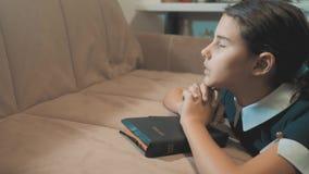 Mała dziewczynka nastolatka modlenie w nocy Małej dziewczynki ręki modlenie małej dziewczynki święta biblia ono modli się z bibli zbiory wideo