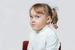 Mała dziewczynka obracał jej głowę Zdjęcie Royalty Free