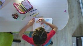 Mała dziewczynka obraz przy farba stołem uczennicy dziewczyny nastolatek remisy rysuje z ołówkami indoors Obraz Royalty Free