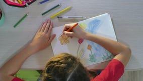 Mała dziewczynka obrazu farba przy stołem uczennicy dziewczyny nastolatek remisy rysuje z ołówkami indoors Zdjęcie Royalty Free