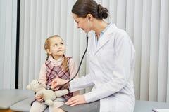 Mała dziewczynka odwiedza lekarkę Obraz Royalty Free
