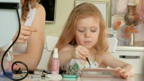 Mała dziewczynka ogląda jej matki dostaje gotową w domu i bawić się z jej makijażem zbiory wideo