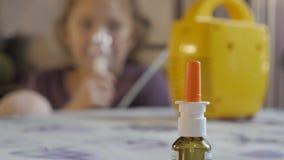 Mała dziewczynka ono taktuje dla cieknącego nosa 4K zbiory