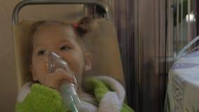 Mała dziewczynka ono taktuje dla zimna Chora dziewczyna wdycha z nebulizer swobodny ruch zbiory wideo