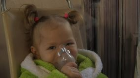 Mała dziewczynka ono taktuje dla zimna Chora dziewczyna wdycha z nebulizer swobodny ruch zbiory