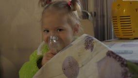 Mała dziewczynka ono taktuje dla zimna Chora dziewczyna wdycha z nebulizer swobodny ruch zdjęcie wideo