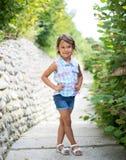 Mała dziewczynka ono uśmiecha się i possing w naturze obrazy royalty free
