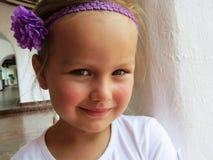 Mała dziewczynka ono uśmiecha się w lecie obrazy stock