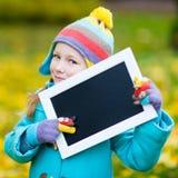 Mała dziewczynka outdoors na jesień dniu fotografia royalty free