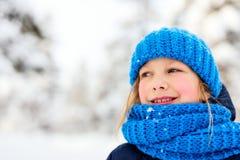 Mała dziewczynka outdoors na zimie obraz royalty free