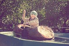 Mała dziewczynka pływa łodzią zdjęcie royalty free