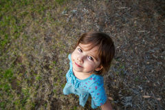 Mała Dziewczynka Patrzeje Up Przy kamerą Fotografia Royalty Free