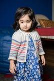 Mała dziewczynka patrzeje w dół Obrazy Royalty Free