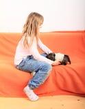 Mała dziewczynka pielęgnuje szczeniaka Zdjęcia Stock