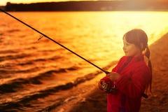 Mała dziewczynka połów z przędzalnictwem Fotografia Stock