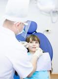 Mała dziewczynka podczas inspekci oralny zagłębienie zdjęcia royalty free